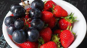 Превью обои виноград, клубника, ягоды, тарелка
