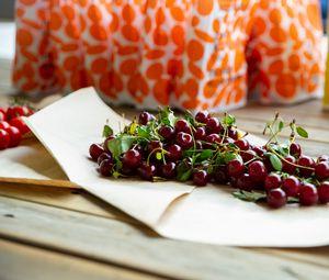 Превью обои вишня, ягоды, листья, пергамент, макро