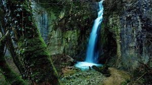 Превью обои водопад, ущелье, скалы, мох, зеленый, наросты, дерево, камни