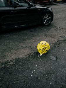 Превью обои воздушный шарик, смайлик, sad, дорога, асфальт, машины