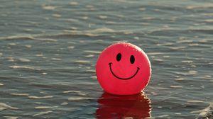 Превью обои воздушный шарик, улыбка, смайлик, счастливый, вода
