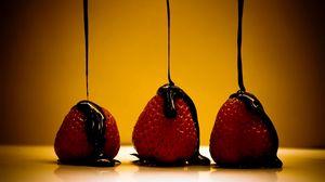 Превью обои ягода, шоколад, клубника, соус
