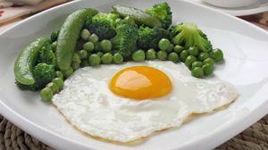Превью обои яичница, завтрак, горошек, брокколи, зелень, желток
