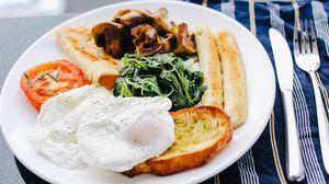 Превью обои яичница, колбаски, овощи, хлеб, завтрак