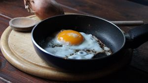 Превью обои яичница, лук, сковорода, разделочная доска