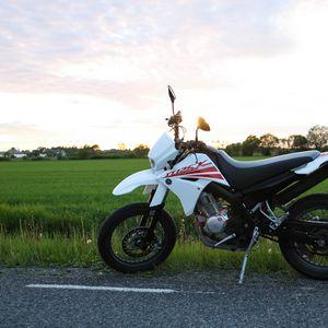 Превью обои yamaha, мотоцикл, байк, белый, поле, дорога