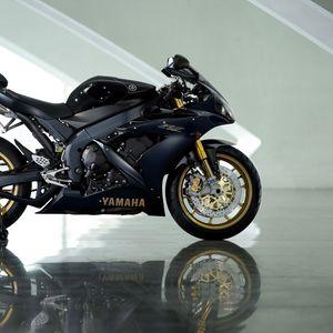 Превью обои yamaha yzf-r1, black, ямаха, чёрный, мотоцикл, отражение