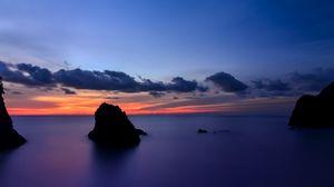 Превью обои япония, префектура сидзуока, остров, берег, скалы, океан, штиль, вечер, оранжевый, закат, синее, небо, облака