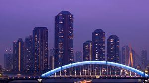 Превью обои япония, токио, столица, мегаполис, небоскребы, ночь, мост, подсветка, выдержка, огни, река, сиреневое, небо