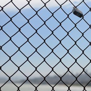 Превью обои забор, сетка, металл, небо, синий
