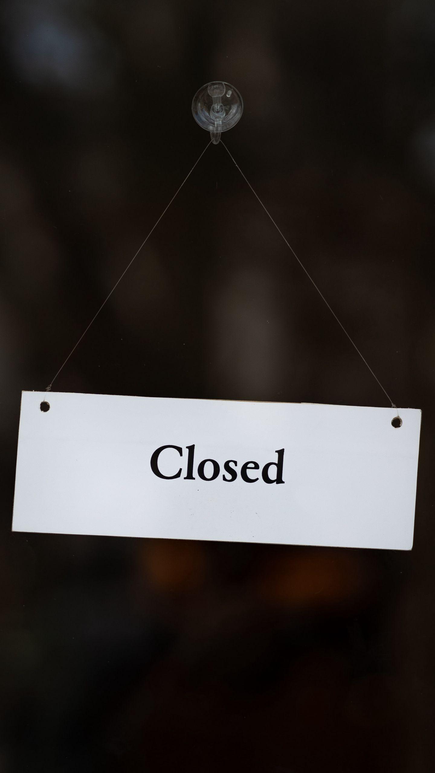 1440x2560 Обои закрыто, вывеска, дверь, надпись, слово