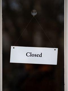 240x320 Обои закрыто, вывеска, дверь, надпись, слово
