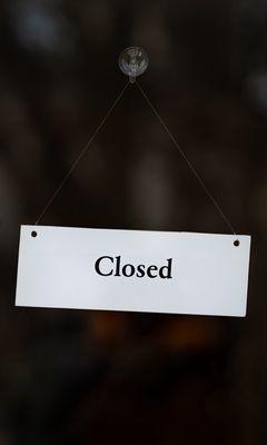 240x400 Обои закрыто, вывеска, дверь, надпись, слово
