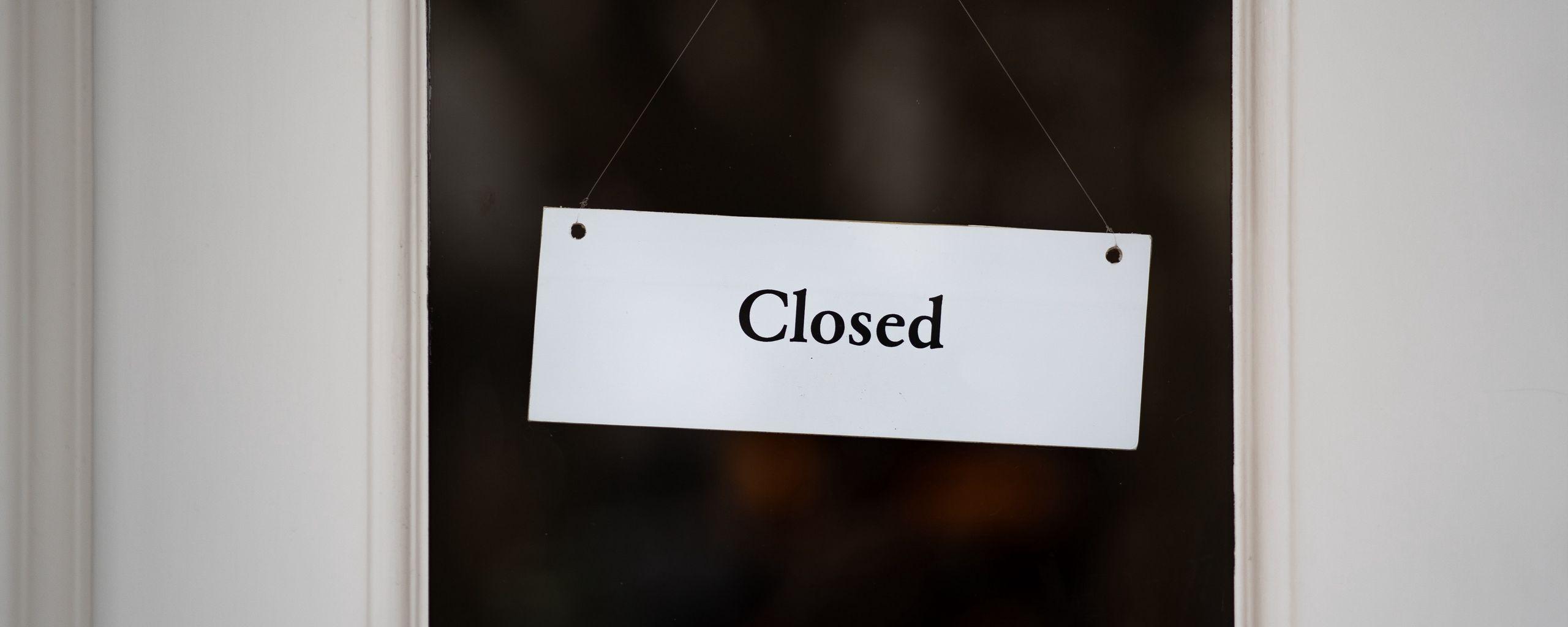 2560x1024 Обои закрыто, вывеска, дверь, надпись, слово
