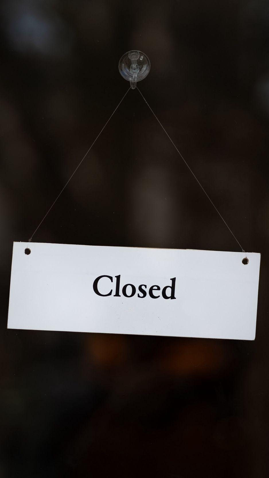 938x1668 Обои закрыто, вывеска, дверь, надпись, слово