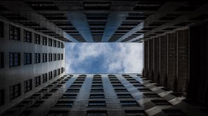 Превью обои здание, окна, архитектура, небо, облака, вид снизу