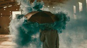 Превью обои зонт, дым, цветной дым, человек