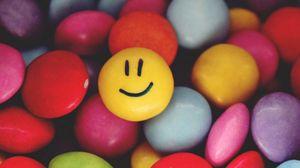 Превью обои смайлик, улыбка, конфеты, разноцветный