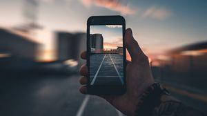 Превью обои смартфон, рука, фото, размытость