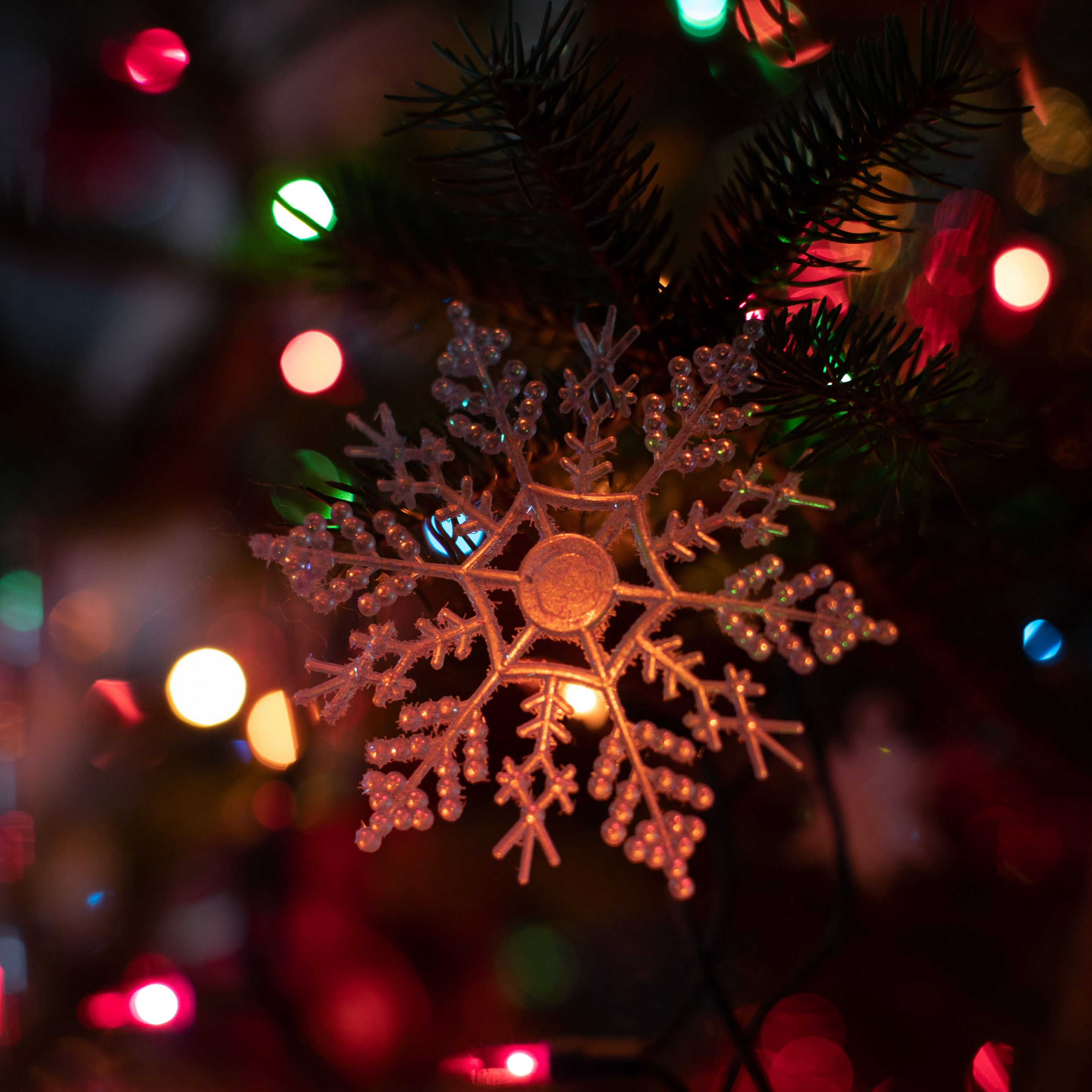 2780x2780 Обои снежинка, гирлянда, новый год, рождество, елочная игрушка