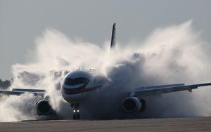 Превью обои sukhoi, superjet, 100, самолет, дым, пыль