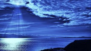 Превью обои свет, небо, лучи, облака, сверху, синий, вечер, море, люди