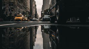 Превью обои улица, лужа, отражение, автомобили, здания, асфальт