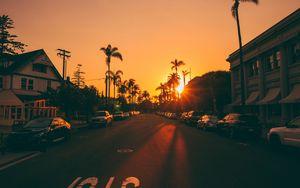 Превью обои улица, закат, пальмы, дорога, разметка, автомобили