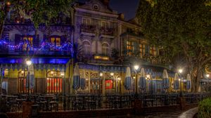 Превью обои вечер, город, улица, новогодние украшения, гирлянды, огни, дома, здания, кафе