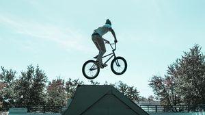 Превью обои велосипедист, трюк, прыжок