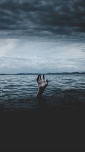 Превью обои вода, рука, море, горизонт