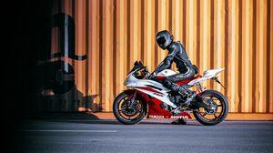 Превью обои yamaha, мотоцикл, байк, красный, мотоциклист